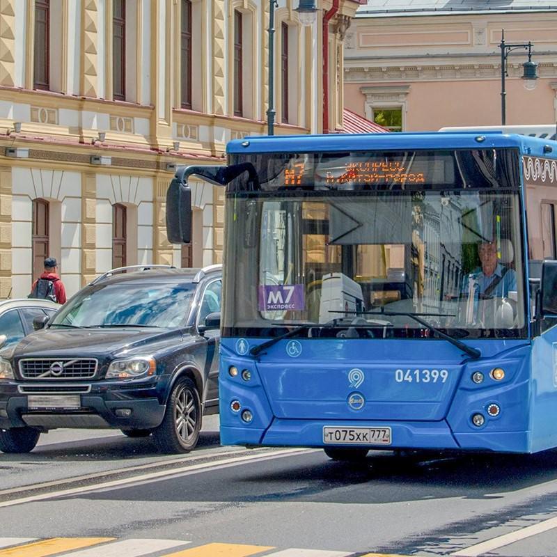 Автобус и легковой автомобиль в транспортном потоке