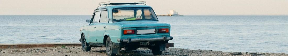 Автомобиль на фоне моря